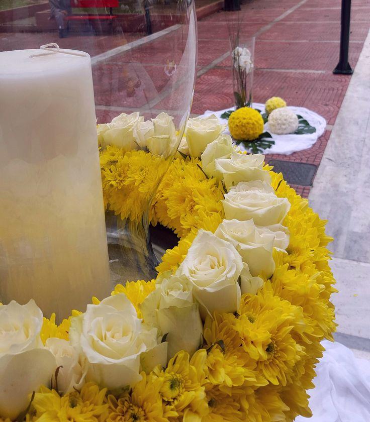Στολισμός γάμου σε κίτρινο και λευκό χρώμα με τριαντάφυλλα και ολλανδικά χρυσάνθεμα .