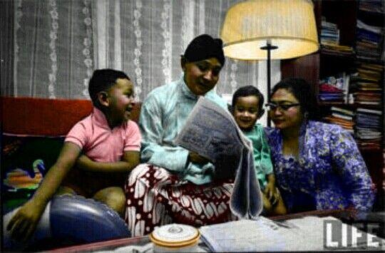 Soehartoadalah Presiden kedua Republik Indonesia. Beliau lahir di Kemusuk, Yogyakarta, tanggal 8 Juni 1921. Bapaknya bernama Kertosudiro seorang petani yang juga sebagai pembantu lurah dalam pengairan sawah desa, sedangkan ibunya bernama Sukirah. colored by Ahmad Jazuli....