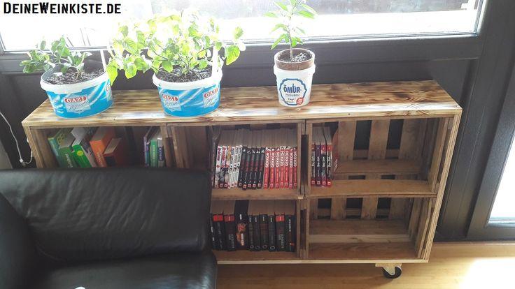 21.08.2017 - Von Tareck: fahrbares Bücherregal unter Fenster. Die Weinkisten sind in einen Rahmen integriert und genau auf Maß, damit diese fest sitzen. Die Ablageplatte wurde geflammt und anschließend im zusammengebauten Zustand mit Klarlack lackiert :)