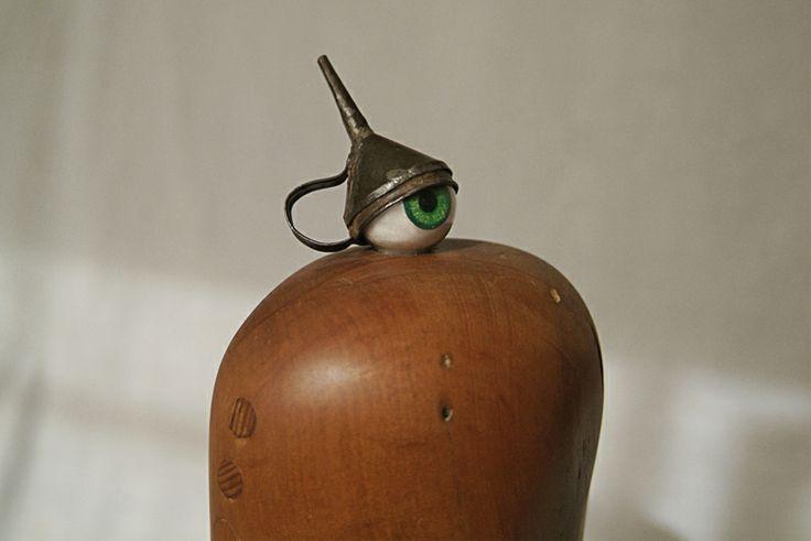ojopollo_2011 ensamblaje madera, tarugos, ojo de vidrio, embudo de lata.