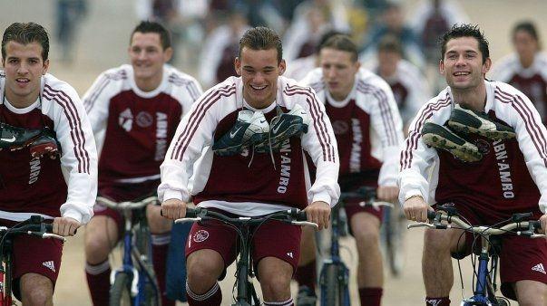 Een jonge Rafael van der Vaart, Wesley Sneijder en Victor Sikora op de fiets in Portugal (2004).