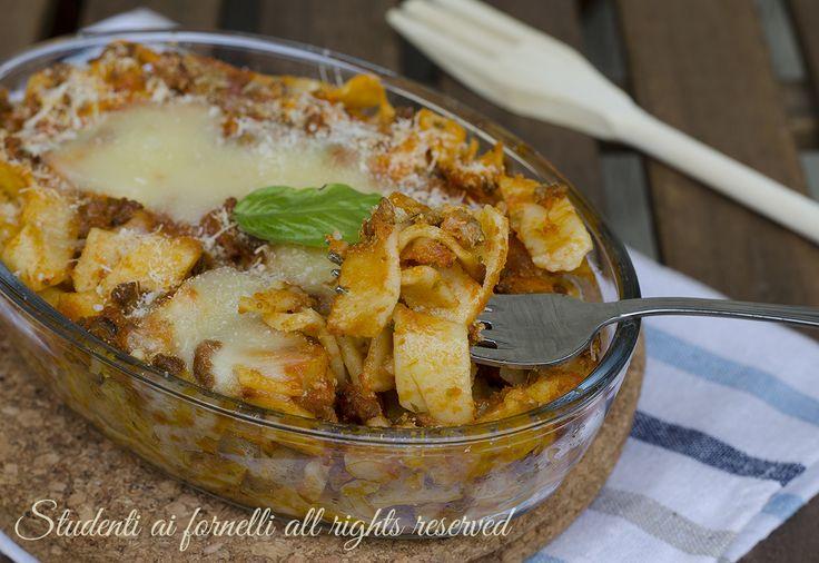 Tagliatelle al forno al ragù, un primo piatto facile e gustoso per la domenica o i giorni di festa.