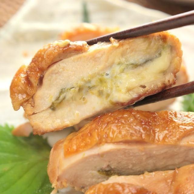 最高の美味しさ!!『鶏むね肉のはさみ焼き』 . ■材料 2人分 ・鶏むね肉 1枚 ・塩 少々 ・焼きのり 1/2枚 ・スライスチーズ 1枚 ・塩 少々 ・サラダ油 適量 ・酒 大さじ1 ・みりん 大さじ1 ・砂糖 大さじ1 ・しょうゆ 大さじ2 . ■作り方 1.鶏むね肉は半分に開き、めん棒で叩いて薄くして、塩をふる。 2.1に焼きのり、半分におったスライスチーズをのせ、鶏むね肉を折りたたみ、つまようじでとめ、塩をふる。 3.熱したフライパンにサラダ油をひき、2の両面を焼き、余分な油を拭きとる。 4.酒、みりん、砂糖、しょうゆを加え、タレが煮詰まったら完成! 調理時間:20分 . レシピの検索や保存ができるiOSアプリはプロフィールのリンクからダウンロードできます♪ アプリ限定レシピも毎日更新☆ . #もぐー #mogoo #鶏胸肉のはさみ焼き #料理 #レシピ #献立 #クッキング #おうちごはん #手料理 #レシピ動画 #料理動画 #お昼ごはん #ランチ #晩ごはん #夜ごはん #夕食 #鶏肉 #鶏胸肉 #チーズ #おかず #food #recipe…