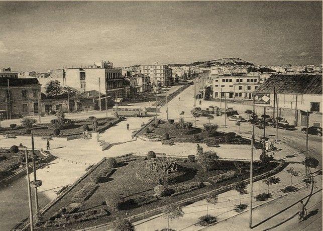 Καλλιθέα 1960: Πλατεία Δαβάκη. Δεξιά το αμαξοστάσιο. Στο βάθος ο λόφος του Φιλοπάππου