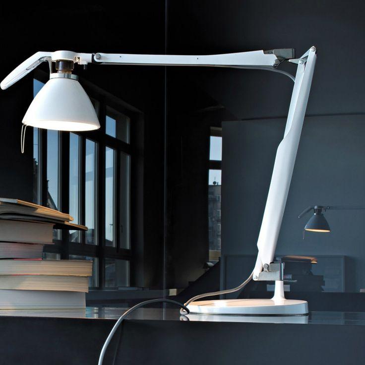 Luceplan Fortebraccio lampada da tavolo dal design tecnico e ricercato.