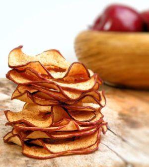 Un calore solare che preserva la freschezza: questo il riassunto della ricetta per le chips di frutta e verdura ! A metà giornata vi prende quella voglia di uno spuntino gustoso ed energetico ma senza