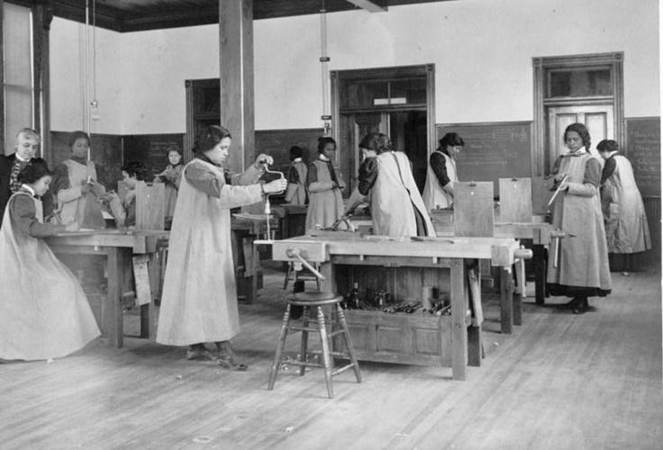 Mujeres trabajando en carpinteria