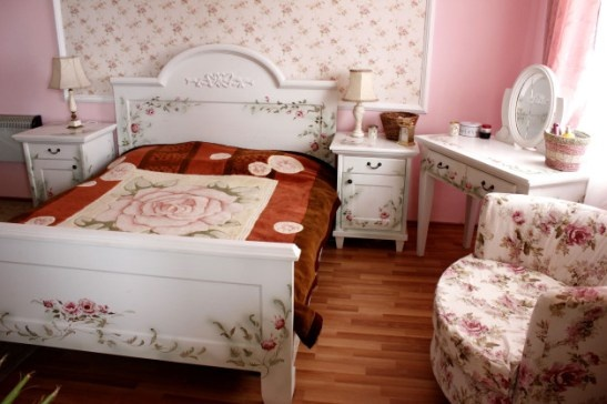 Mobila de dormitor din lemn masiv pictat manual realizat de Elizarte Timisoara