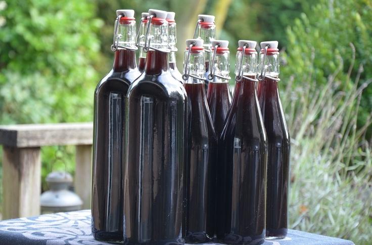 Notenwijn maken, wij hebben net de notenwijn die wij in juni van dit jaar gemaakt hebben in flessen gedaan. Zo kunnen we met oudjaar heerlijk genieten!