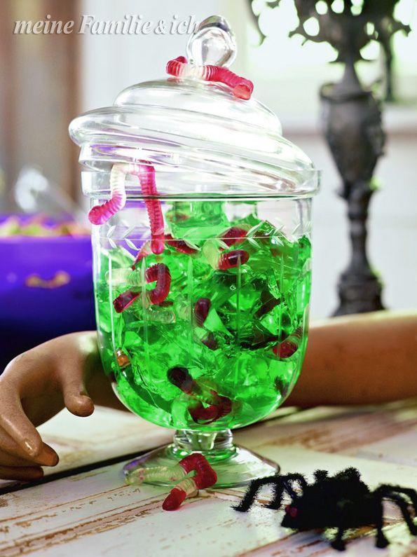 """""""Hexen-Gelee""""  Für 8 Portionen: 2 Pck. grüne  Götterspeise nach Packungsangabe mit Zucker und Flüssigkeit zubereiten und in eine mit Frischhaltefolie ausgelegte flache Auflaufform gießen. Über Nacht fest werden lassen.  Götterspeise in Würfel schneiden, mit Fruchtgummischlangen in ein großes Glas füllen.  burdafood.net/Oliver Brachat  #halloween http://www.daskochrezept.de/meine-familie-und-ich"""