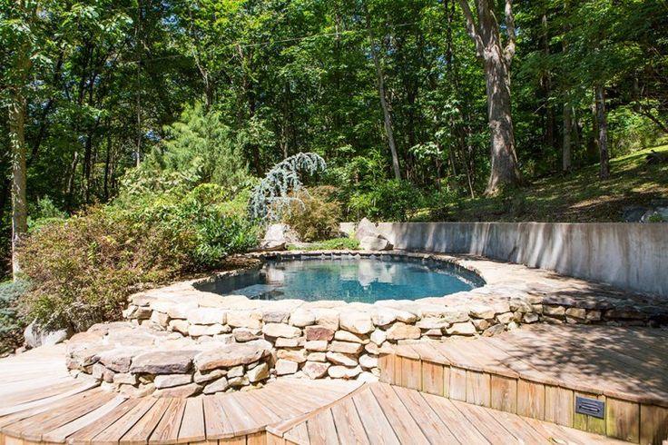 Ao todo, são 446 m2, que incluem área externa com piscina, fonte, e piso de madeira de cerejeira brasileira.