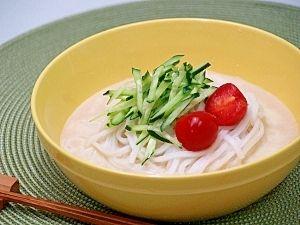 「純米めんの豆乳ごまスープ」付属のえごま醤油つゆに豆乳と練りごまを加え、ヘルシーに仕上げました。女性にお勧めしたい優しい味わいです。【楽天レシピ】