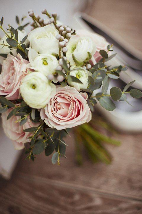 Свадебный букет в стиле рустик. Белого и розового цвета. Розовые розы, ранункулюсы, бруния и эвкалипт популус. Зимний букет невесты. Wedding bouquet in a rustic style. White and pink color. Pink roses, Ranunculus, brunia and eucalyptus populus. Winter bride's bouquet.