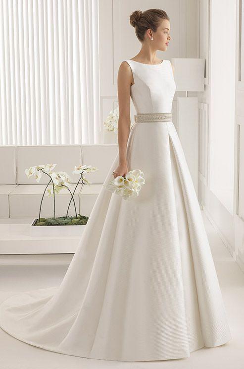 Imperecedero, elegante y sobrio. Con éste vestido no te equivocaràs. Rosa Clara, 2015 http://ideasparatuboda.wix.com/planeatuboda