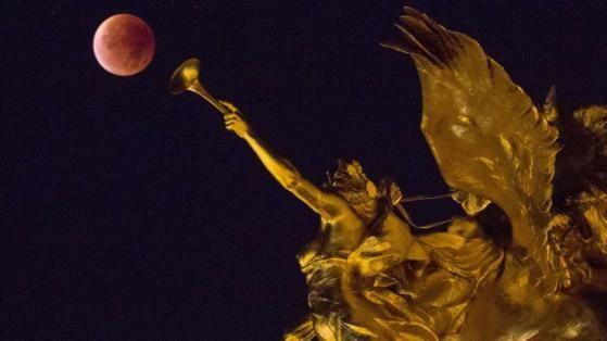 """Mondfinsternis 2015 : Auch in Paris, der """"Stadt der Liebe"""", leuchtete der Blutmond feuerrot"""