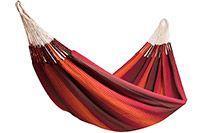 Raya Terracotta hängmatta  Raya är vår serie av familje-hängmattor där 3 färger kombineras i breda och smala ränder för att skapa ett häftigt mönster, som ser lite ut som strålande ränder - därav namnet Raya (som är Spanska för rand)  Raya är en riktigt bekväm familjehängmatta som har en tygarea som är hela 175 x 250 cm stor, och en total längd på 400 cm.