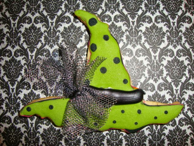 Sassy witch's hat cookie, perfect for the little witch in your life. @ www.milgrageas.blogspot.com