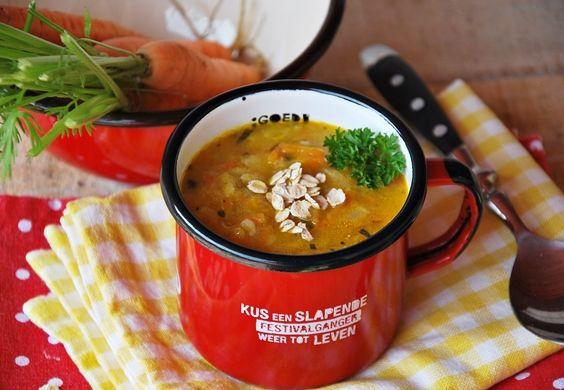 Zupa marchewkowa z płatkami owsianymi jest pyszna, sycąca i zdrowa.Przygotowałam ją z młodej marchewki i doprawiłam czosnkiem niedźwiedzim, który jest