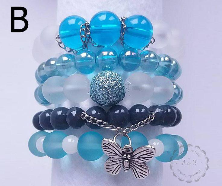 Ręcznie wykonana bransoletka. Koraliki szklane i zawieszka z motylkiem. / Handmade bracelet. Glass beads and butterfly pendant