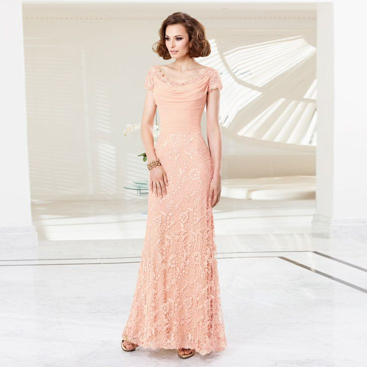Prachtige lange perzik kleurige jurk van kant met mooie boothals.