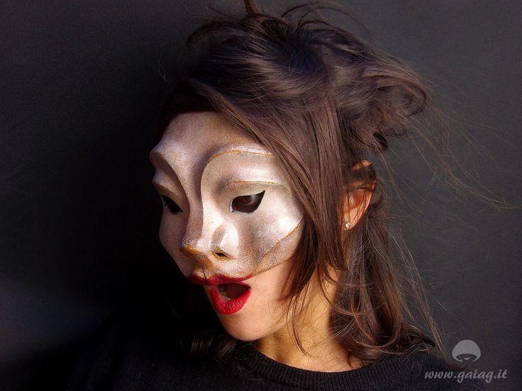Maitresse, maschera teatrale in cuoio, Commedia dell'Arte, altri colori e forme su ordinazione di GAIAGeri su Etsy