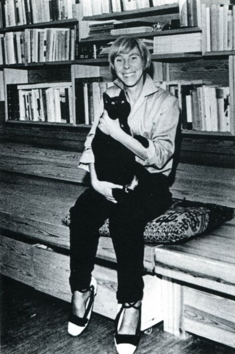A cheerful Tove Jansson and her cheerfully black kitty.