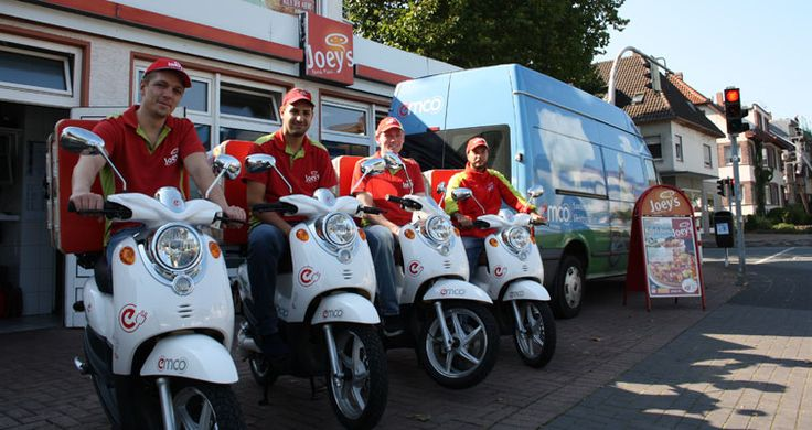 Joey´s Pizza | Emco Elektroroller | e-scooter im Pizza Lieferdienst Bereits mehrere Filialen der Pizzakette Joey´s sind mit emco e-scooter im Einsatz. Unter anderem in München, Paderborn und Göttingen werden die Pizzen bereits heute schon mit emco e-scooter lautlos und geruchlos ausgeliefert.