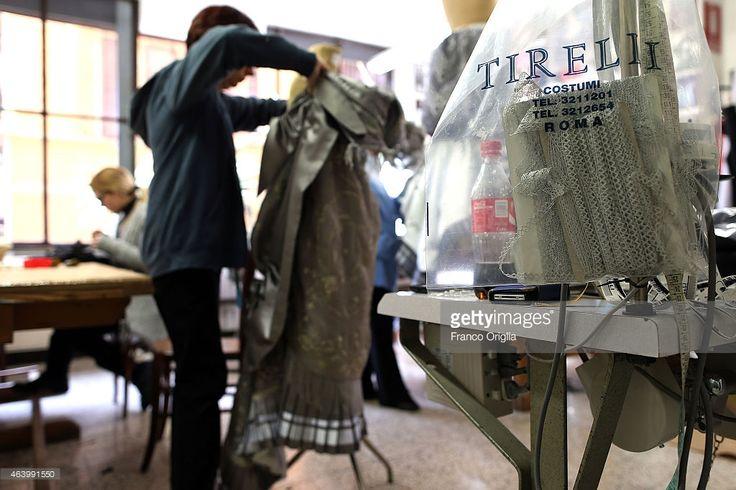 Tailors work on a dress by costume designer Gabriella Pescucci for... Foto di attualità | Getty Images
