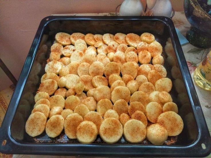Milovníci Cikánské pečeně pozor! Máme pro Vás dobrůtku, kterou jste ještě nejedli. Tak jednoduchý a zároveň vynikající recept na Cikánskou pečeni jste ještě nezkusili. Jednoduše ji dejte péct i s bramborami v jednom pekáči. Tuto Cikánskou pečeni si zamilují všichni! Co budete potřebovat: 1,5 kg ve