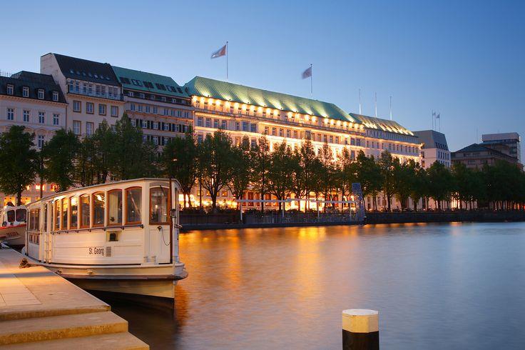 Mit dem Roller an die Innenalster mit Blick auf das Fairmont Hotel Vierjahreszeiten in Hamburg. Wenn es mal chic sein darf á la savoir vivre. Ansonsten den Abend am Wasser ausklingen lassen. Visit: www.minimoto.me  #retroscooter #style #dolcevita