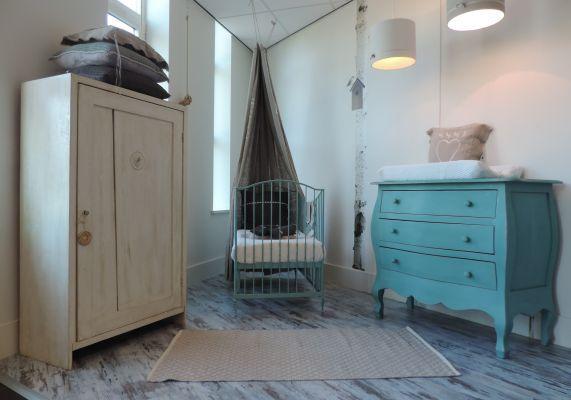 Landelijke babykamer met speelse mintgroene buikcommode en oude spekkast. www.nieuwedromen.nl