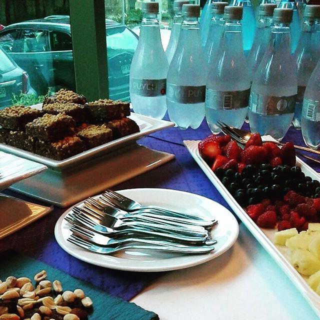 Hoy dimos la bienvenida a la lluvia con brownies artesanales, piña, berries y frutos secos ☕️🍓🍍☔️💦🌦#bienvenidalluvia #coffeebreak #catering #banquetería #brownies #handmade #piña #berries #Curauma #Curaumacity #Instacurauma #PlacillaDePeñuelas #Placilla #Valparaíso #ViñaDelMar #CasablancaValley #café #cafédegrano