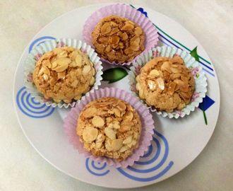 Muffins de chocolate  INGREDIENTES -150Gde harina de avena -125ml de leche de almendras -3 claras -1 cucharada de crema de cacahuete  -Cacao puro desgrasado en polvo(yo fui echando hasta que me gusto su sabor) -1 chorrito de edulcorante liquido -Fresas pequeñas -Levadura -2 cucharadas de *evocakes(le aporta sabor avainillado y le da mas esponjosidad)en sustitucion,añadir dos cucharadas de proteína de vainilla *Evocakes:Es un preparado de tortitas de avena  PARA LA COBERTURA -2 yogures…