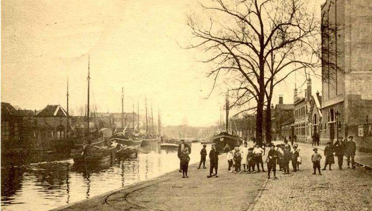 Aan de rechterzijde naast t hoge gebouw staat de distilleerderij van de Kuyper. Het is overigens een voormalig Rotterdams bedrijf dat in 1911 neerstreek aan de Buitenhavenweg in Schiedam.  foto is gemaakt ná 1911