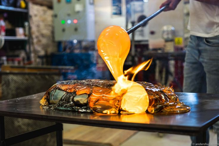 Get ready to be totally mind blown! Restaurant Rot on Gotland, in collaboration with glass studio Big Pink, is cooking with 1150 ° C hot molten glass!