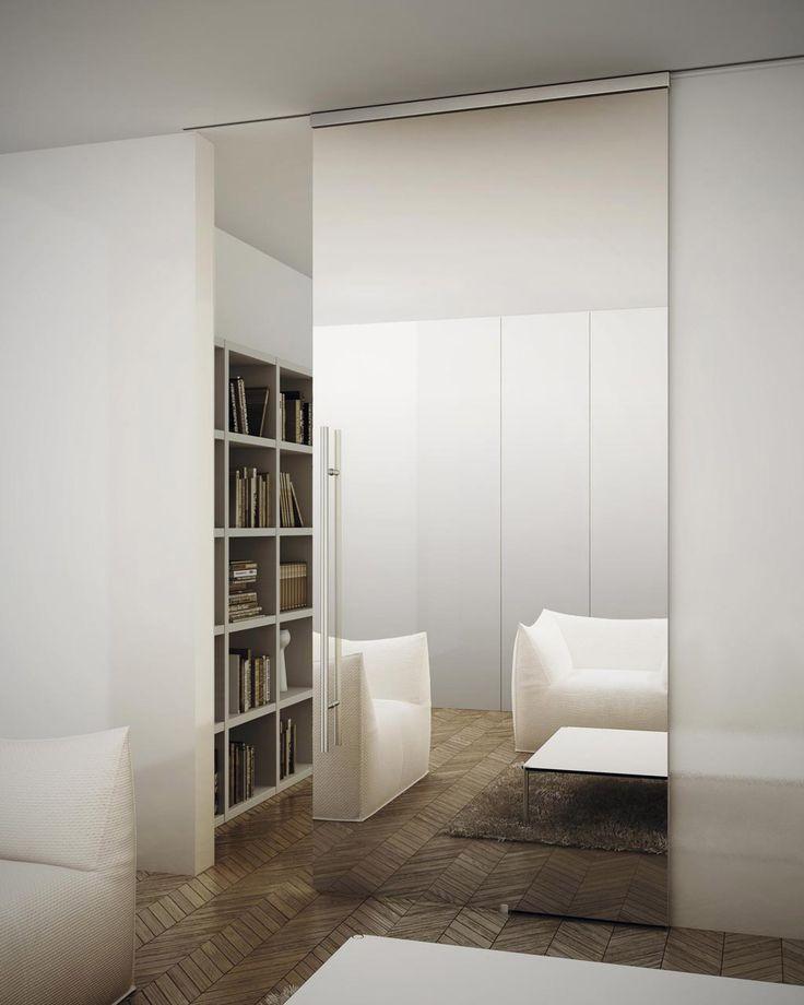 Зеркальная дверь в столовую на всю высоту помещения