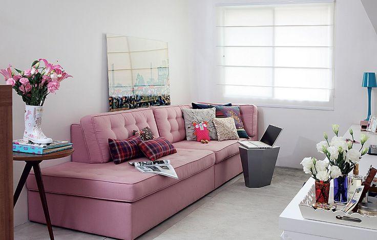 Primeiro apartamento é uma conquista para mostrar para todos os amigos. Por isso, aposte em um sofá sem braço, que tem mais espaço para acomodar as visitas. O modelo projetado pelo escritório Arquitetura Paralela ainda vira cama para hóspedes