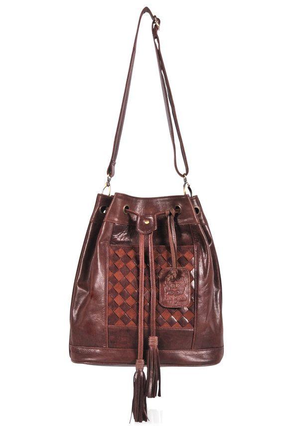 Esta mochila convertible es hecha por encargo de cuero de alta calidad.  El diseño perfecto de la bolsa Neverland te permite viajar sin embargo usted elige. Es una bolsa que se puede convertir en una mochila con su diseño versátil correa. Es el bolso perfecto para contener todos sus elementos esenciales para el día y un poco más sólo en caso. El bolso que teje intrincadas características oculto bolsillo frontal y cierre de cordón con borlas que añaden un toque de bohemio. La bolsa viene con…
