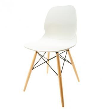 Elegantní plastová židle v bílé barvě na dřevěných nohách.   Pokud toužíte po nadčasovém interiéru, jsou pro Vás plastové křesílka to pravé. Velmi oblíbený design 50. let příjemně oživí Váš domov a navíc už nebudete chtít sedět na ničem jiném.  Tyto křesíkla můžete kombinovat s ostatními židlemi v různých barvách. Jsou vhodné jak k jídelnímu stolu tak například ke čtení nebo do chodby, kde je bude každý obdivovat.