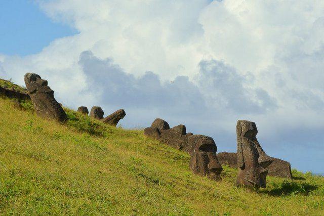 A la izquierda, pequeño moai esculpido sobre la cabeza de otro moai en Rano-Raraku Isla de Pascua
