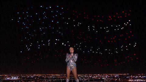İşin özeti; Intel, stadyumun çatısında şarkı söyleyen Lady Gaga'nın arkasına 300 drone yerleştirerek Super Bowl'u aydınlattı. Intel gelecekte bu drone filosu teknolojisinin başka uygulamalar bularak eğlencenin ötesine geçmesini umuyor. Kayan Yıldızlar Super Bowl LI, sosyal medyada...  #Alan, #Arka, #Aslında, #Dansçıları, #Drone, #Gaga'Nın, #Intel'E, #Lady, #Planda https://havari.co/lady-gaganin-arka-planda-yer-alan-danscilari-aslinda