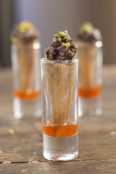 Cucuruchos crujientes de morcilla caramelizada con mermelada de guindilla picante.