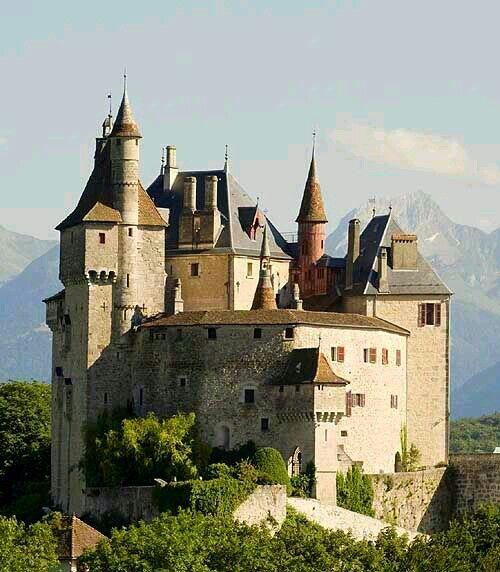 Château de Menthon, Saint-Bernard au dessus du lac d'Annecy, Haute-Savoie, France.