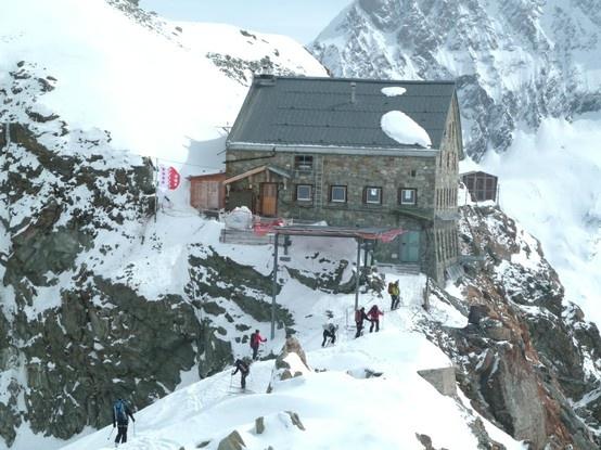 La Cabane des Vignettes est l'une des plus fréquentées de Suisse, car elle est à la fois presque incontournable sur la haute-route, été comme hiver, mais aussi parce qu'elle donne accès à l'un des sommets faciles les plus convoité : le Pigne d'Arolla. http://www.refuges-montagne.info/fr/cabane-vignettes.php