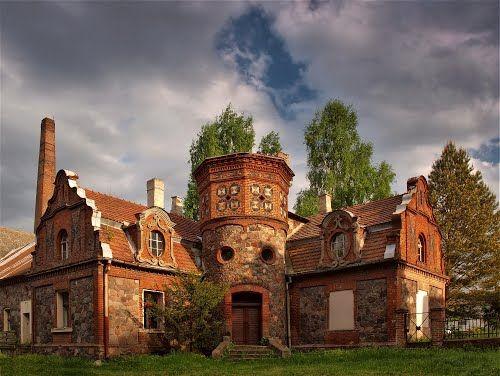 Zakrzewo – eklektyczna gorzelnia wzniesiona w XIX w., ozdobiona basztami i kamiennymi mozaikami.