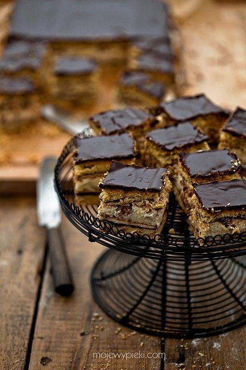 Jesienne ciasto z orzechami, powidłami i bezą