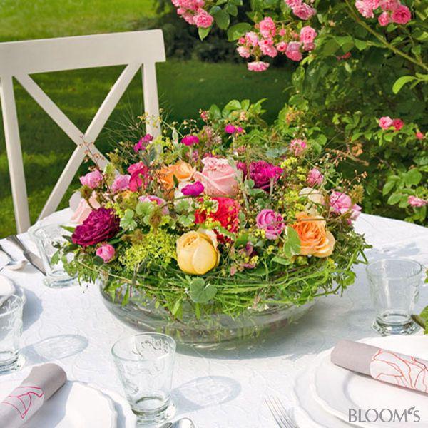 Sommerfest-Ideen: Romantische Tischdeko mit Rosen - Blumengesteck in Glasschale