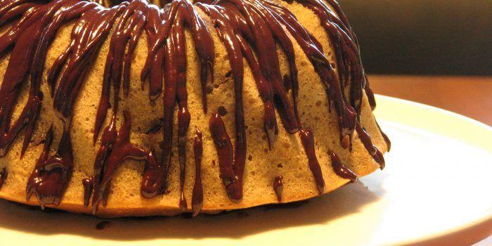 Gluten- og laktosefri amerikansk banankage med chokolade glaze