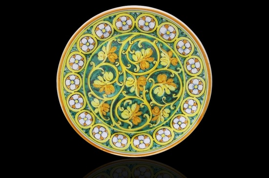 Round Hand Painted serving platter. Masterfully decorated with grape vine leaves on a spiral, on a green background, the frieze is made of an original pattern of dasies. This is a motif developed in Palermo in the sixteenth century