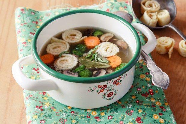 Uvařte si krásně barevnou polévku ve jménu jara. Zažene žízeň i hlad a dostane na ni chuť i nejedlík. Servírovat můžete ve smaltovaném rendlíku z kolekce Roba, který seženete na našem e-shopu.
